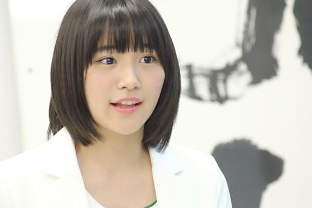 白い衣装の浅川梨奈